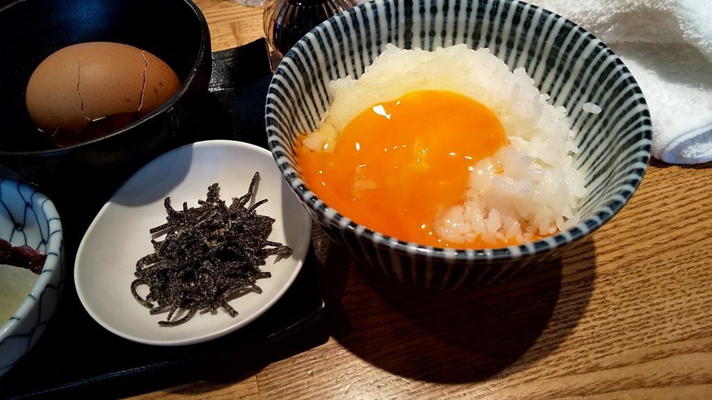神田勝本の特製卵かけご飯の卵をかけたご飯