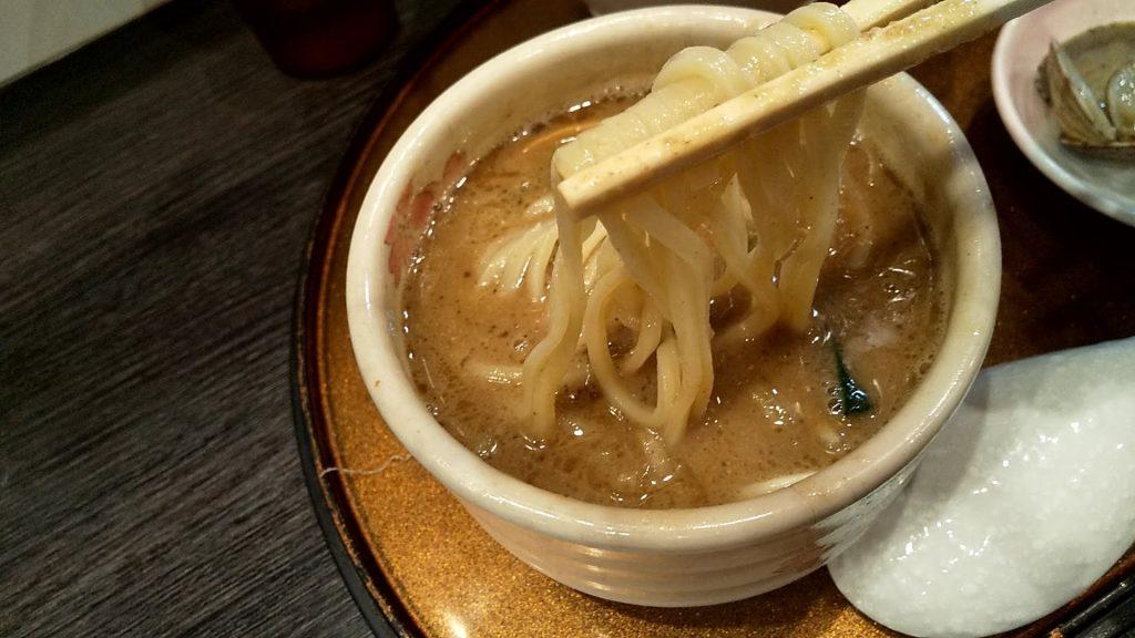 チラナイサクラの鶏と貝のつけ麺の麺リフト