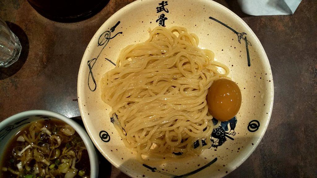 麺屋武蔵武骨外伝の冷やし味玉つけ麺の麺皿