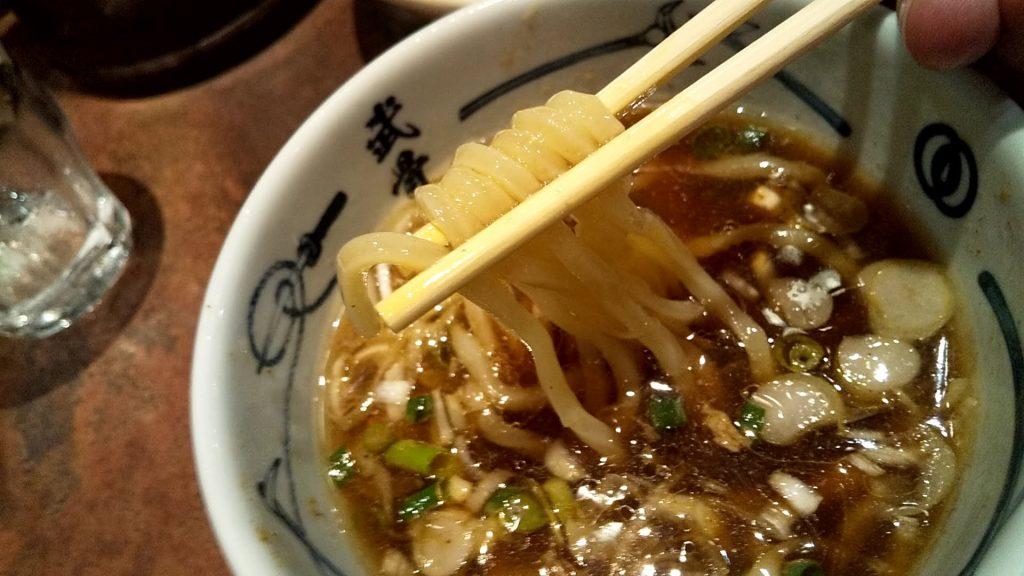 麺屋武蔵武骨外伝の冷やし味玉つけ麺の麺リフト
