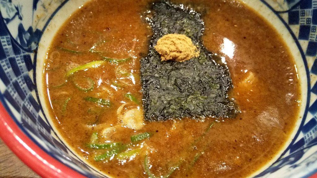 三田製麺所新宿西口店の三田盛りつけ麺のつけ汁アップ