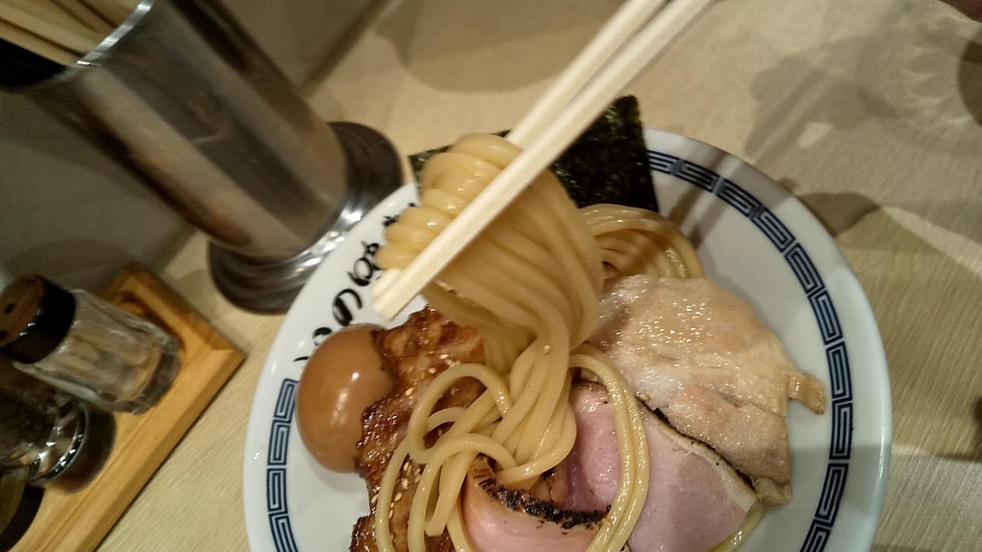 心の味製麺の特製濃厚豚骨魚介つけ麺の麺リフトアップ