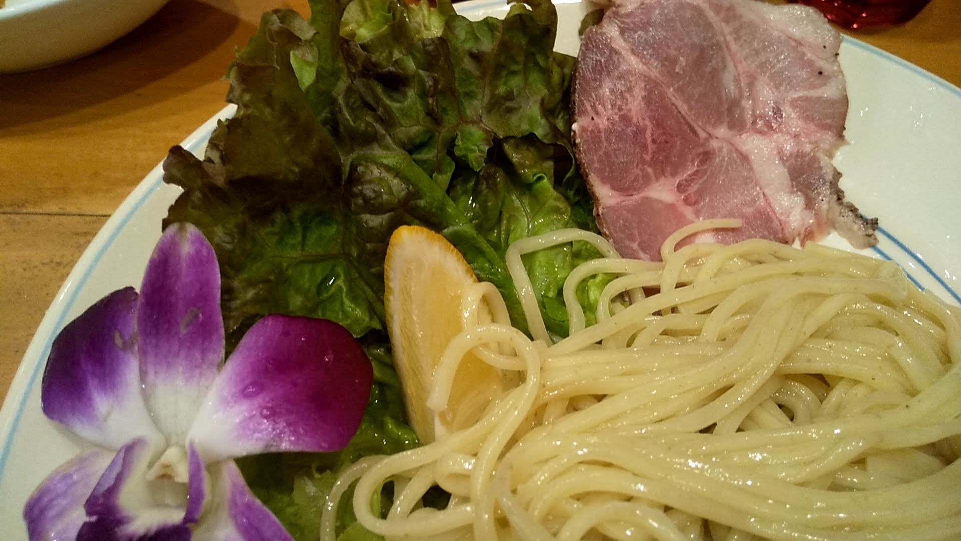 Hulu-luのつけ麺の麺皿アップ
