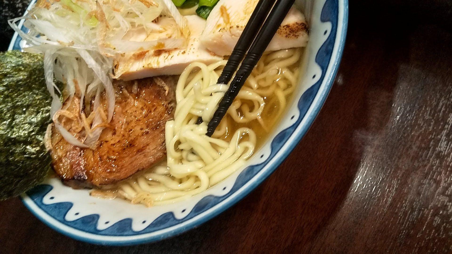 ガンコンヌードルのエビつけ麺の麺リフト