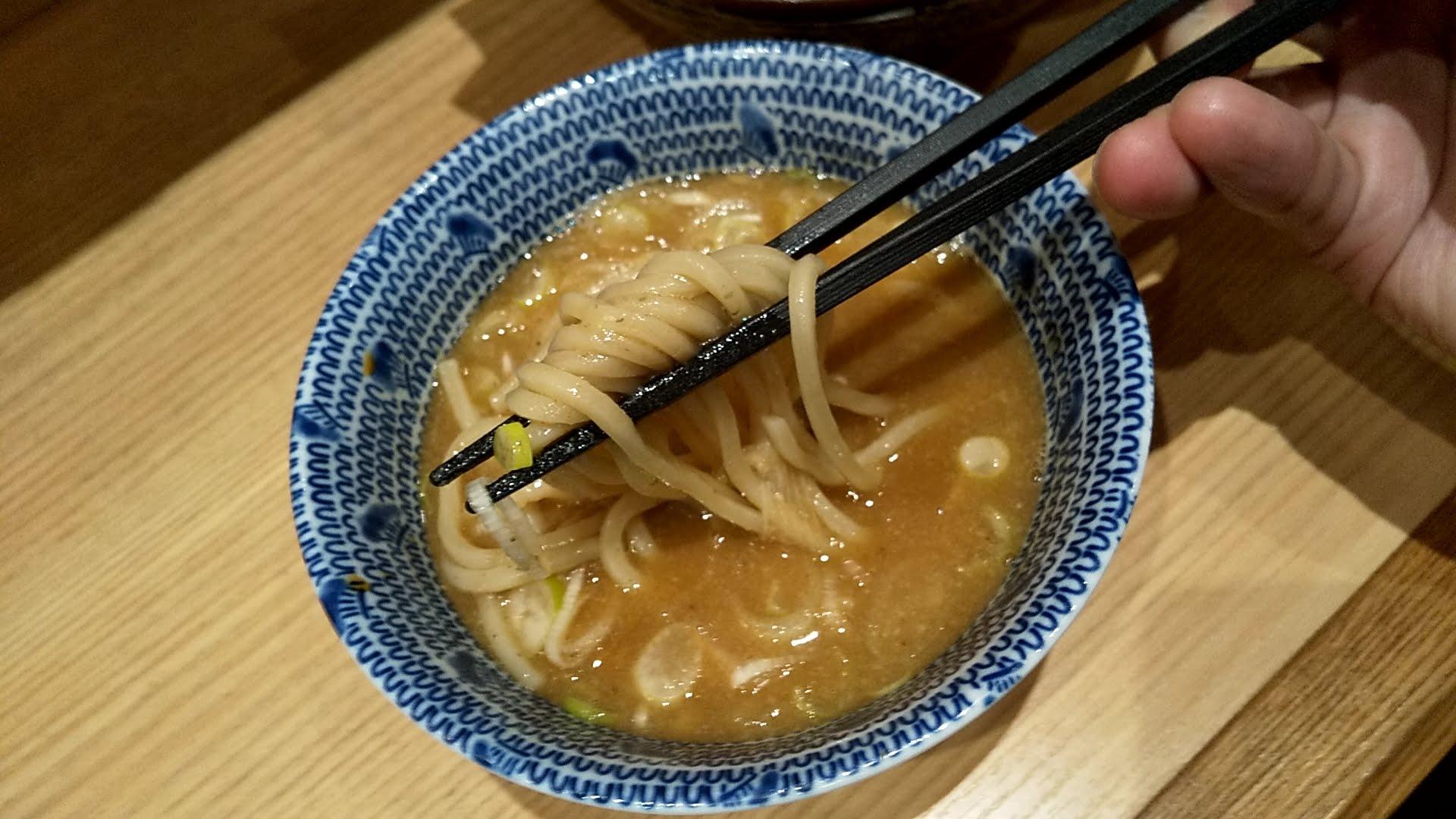 舎鈴新宿店の特製つけ麺の麺リフト