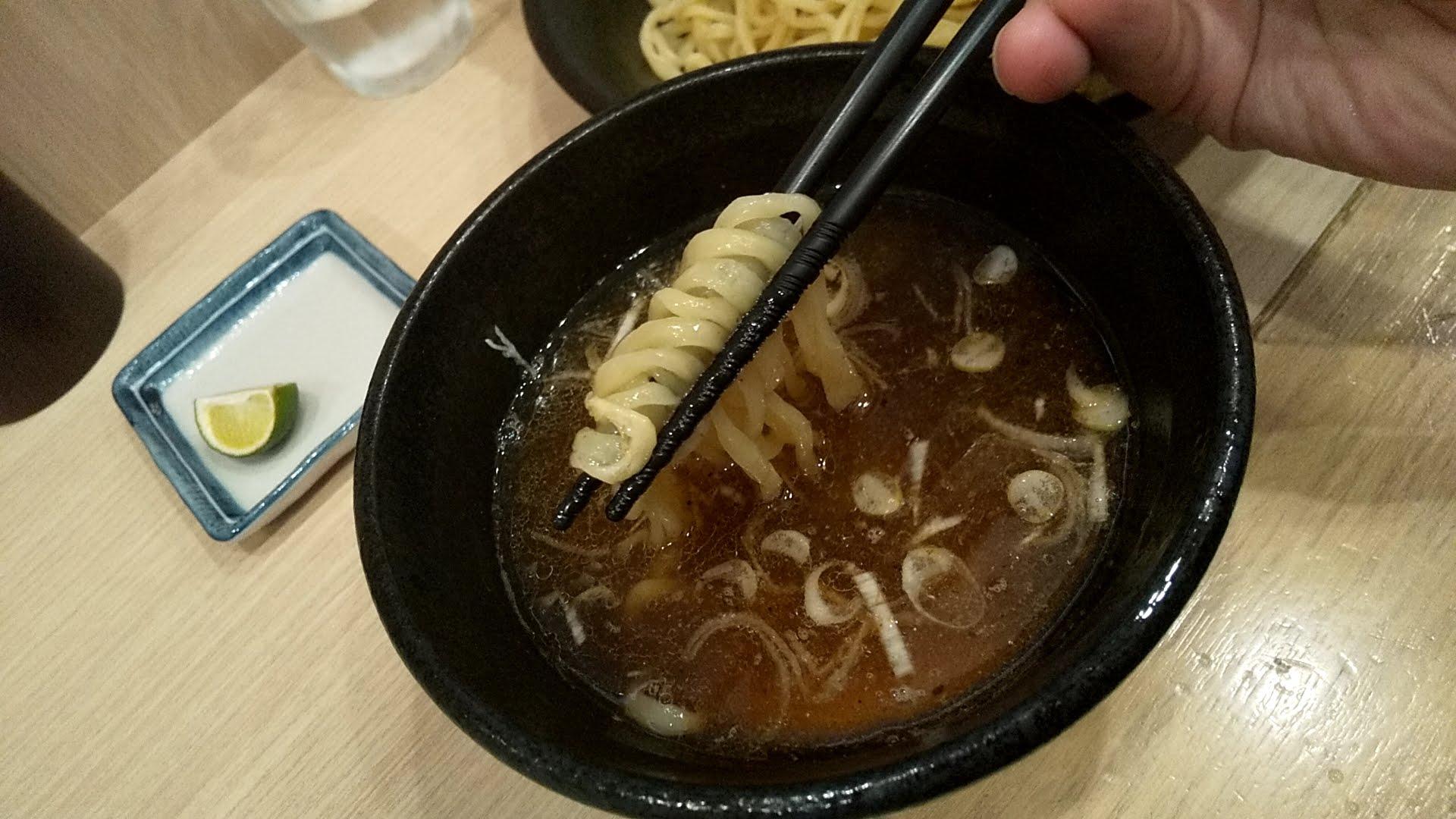 めん処羽鳥の醤油つけ麺の麺リフト