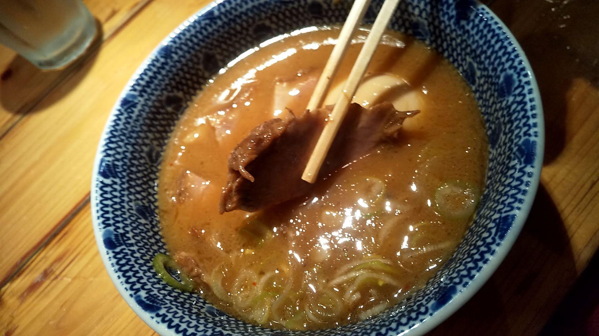 つじ田神田御茶ノ水店の特製つけ麺のチャーシューリフト