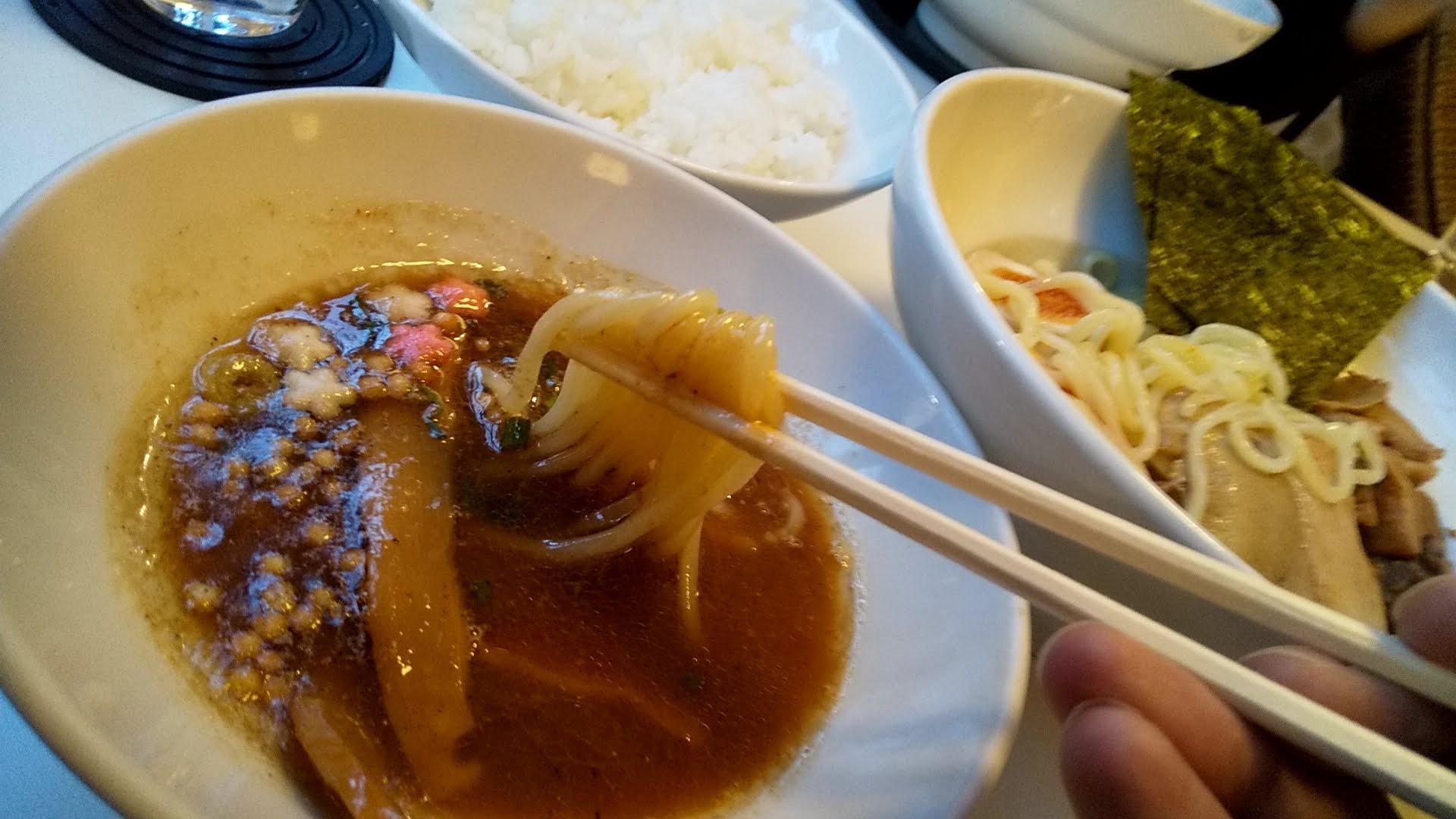 九月堂のスペシャルつけ麺の麺リフト