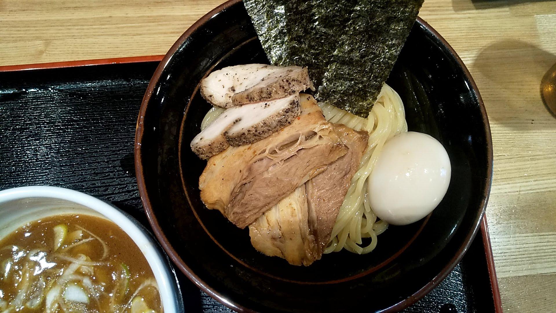 麺屋睡蓮の特製つけ麺の麺皿