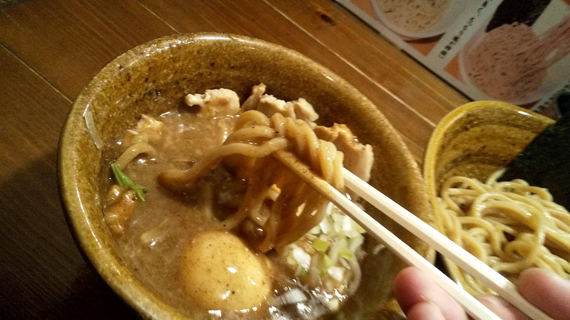 えん寺池袋店の味玉肉増しベジポタつけ麺の麺リフト